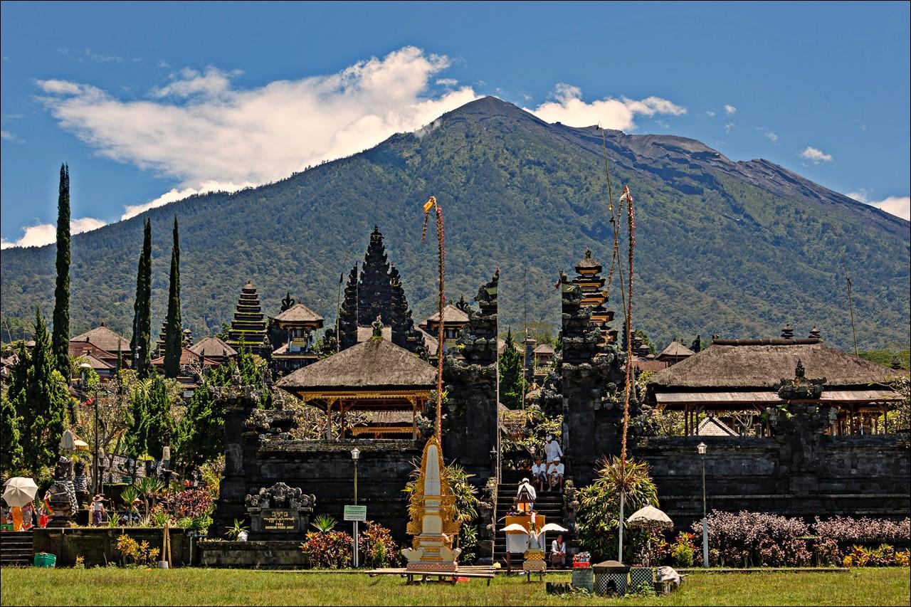 Mitos dan Misteri di Balik Keindahan Gunung Agung, Titik Tersuci di Bali